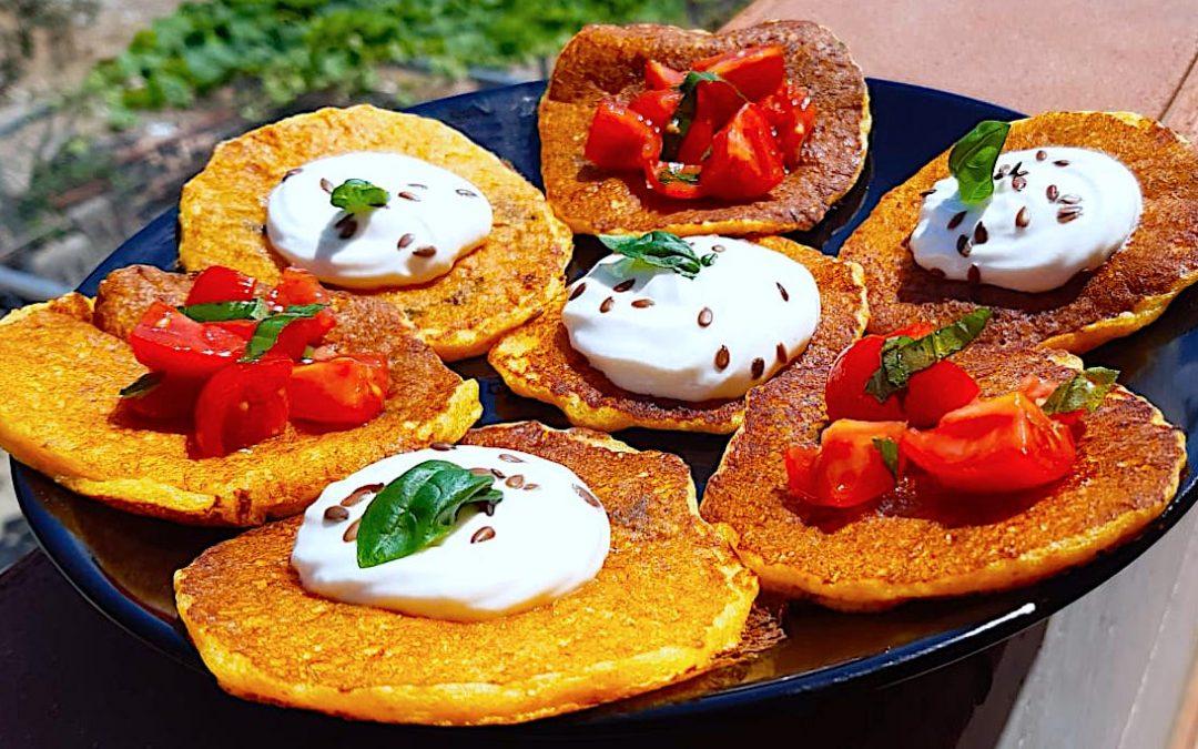 Pancakes salati con farina di ceci dal sapore mediterraneo