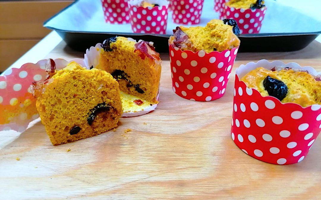 Muffin salati con farina di cicerchia bio, pancetta e olive nere